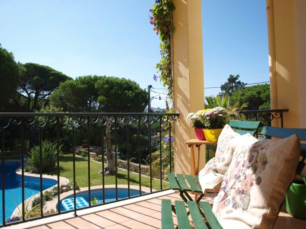 In unserem Ferienhaus verfügen alle Zimmer und Suiten über einen großen Balkon mit Blick auf den Pool