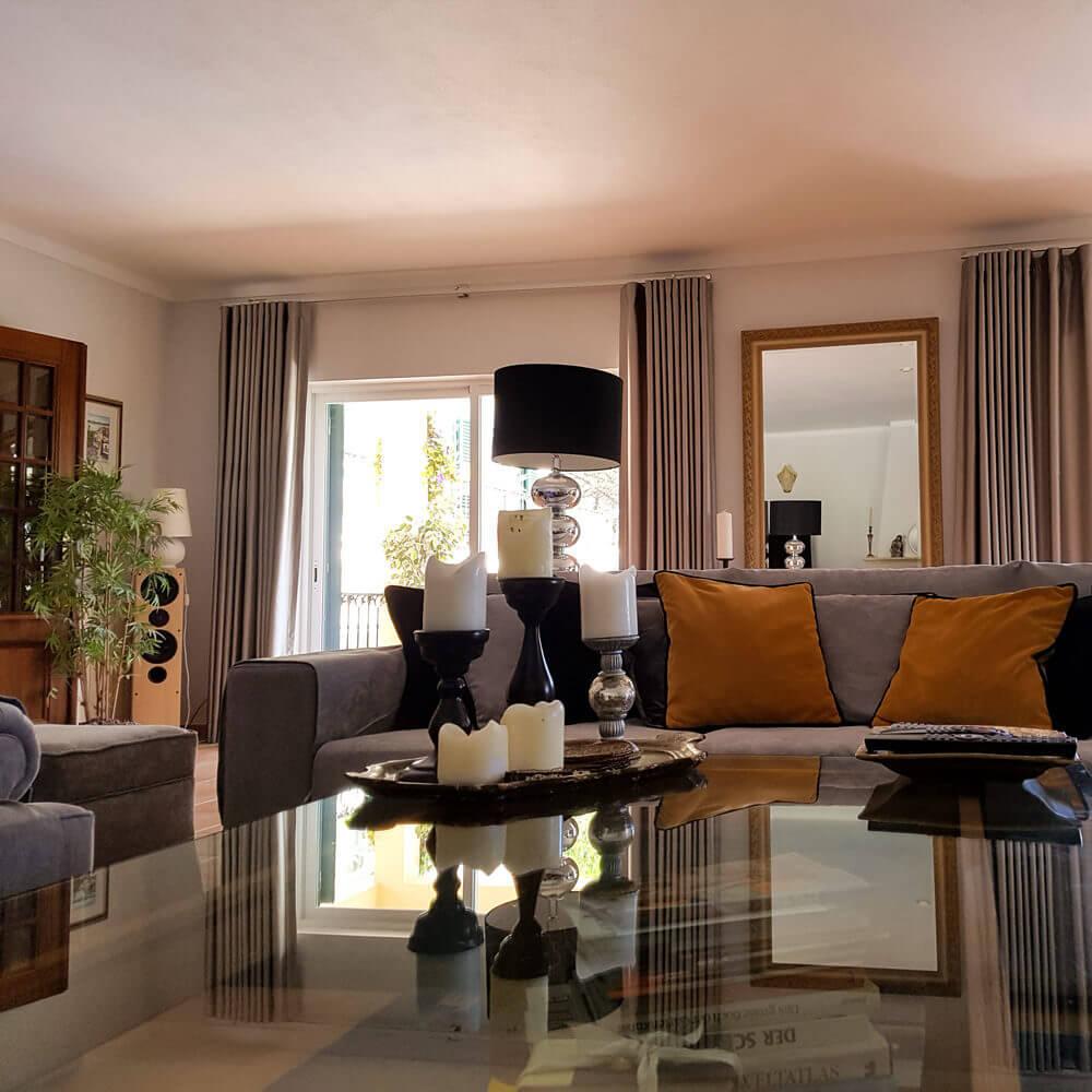 Familiäres Gästehaus in Sesimbra. Gästewohnzimmer mit direktem Zugang zum Garten und Poolbereich