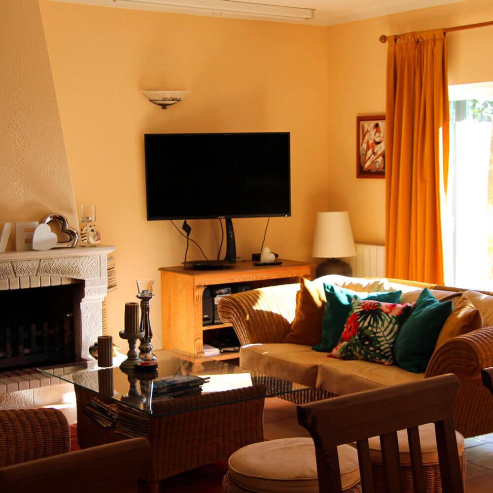 Familiäres Gästehaus in Sesimbra. Gästewohnzimmer mit einer sommerlichen Dekoration