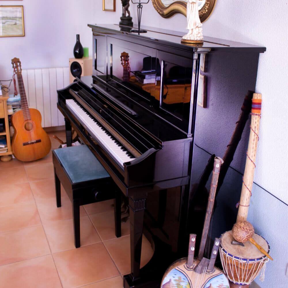Im Wohnzimmer befindet sich ein Klavier , welches sie auch nutzen können
