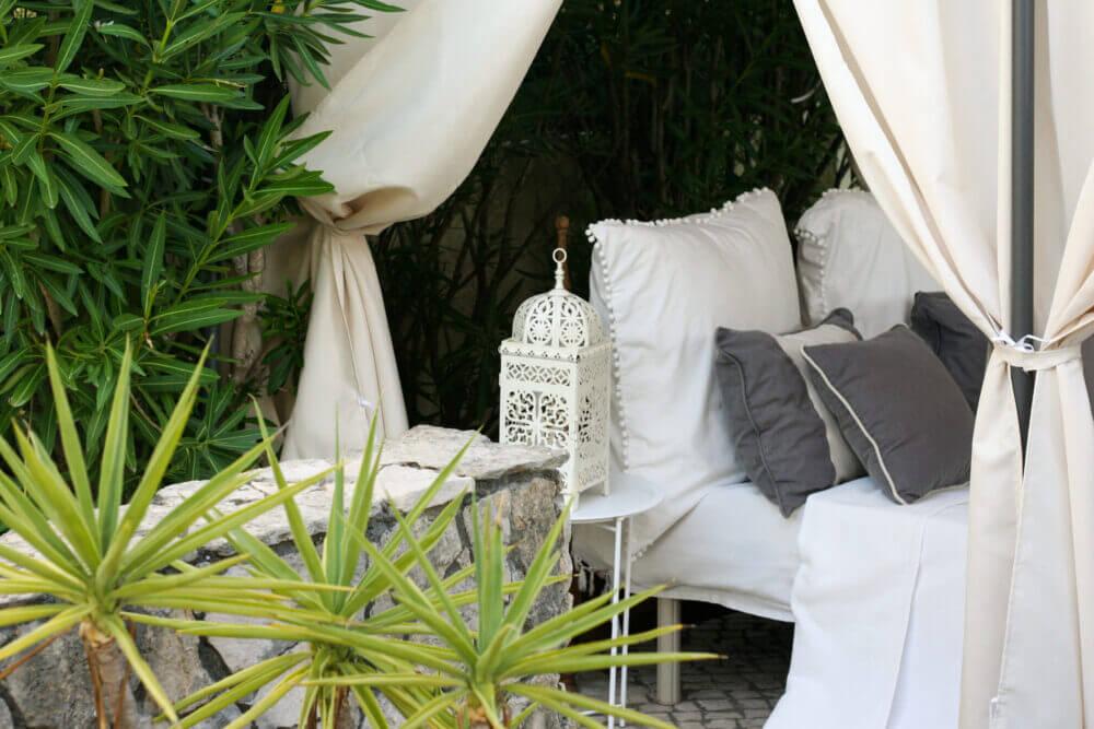 Garten mit outdoor room zum Entspannen