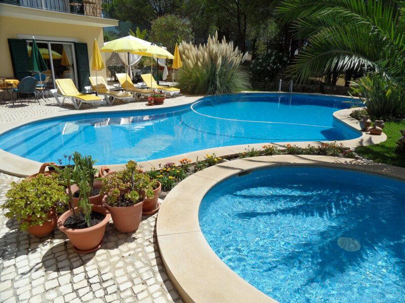 Die beiden Schwimmbäder im Ferienhaus in Sesimbra