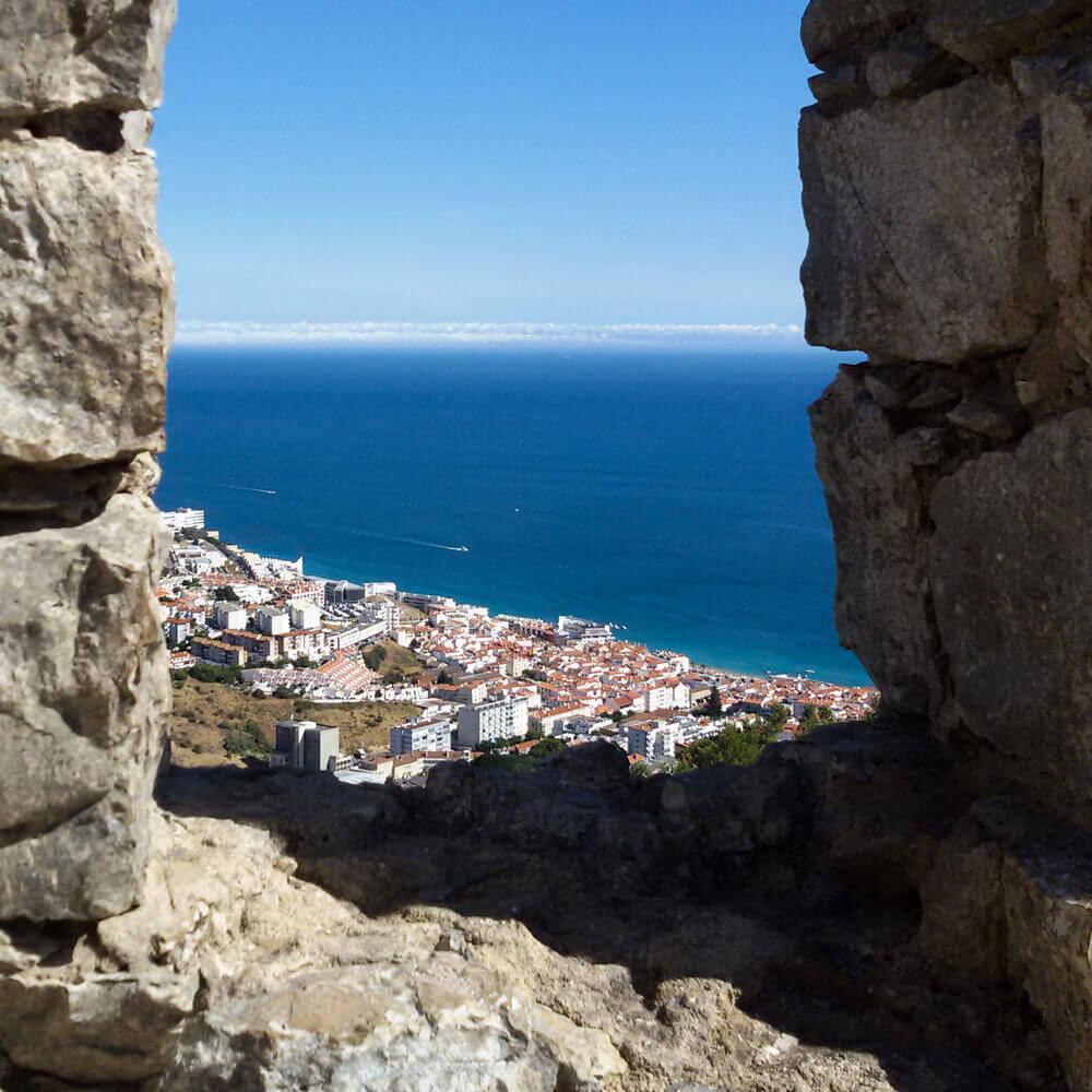Die Bucht von Sesimbra von der Burg aus. Aussichtspunkt über dem Meer