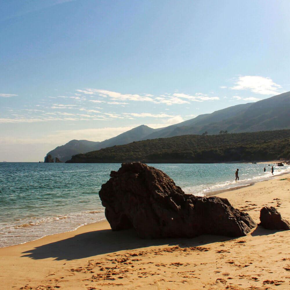 Entdecken Sie Sesimbra. Kristallklares Wasser vom Strand Galapinhos zwischen den Bergen