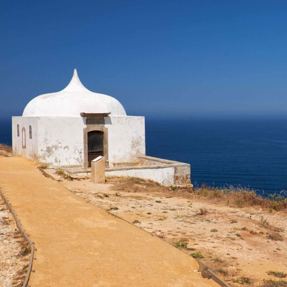 Entdecken Sie Sesimbra. Ermida da Memoria, Cabo Espichel, Portugal